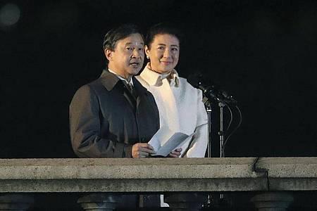 Kaiser Naruhito und Kaiserin Masako auf einem Balkon des Kaiserpalastes. Foto: Koji Sasahara/Pool AP/dpa