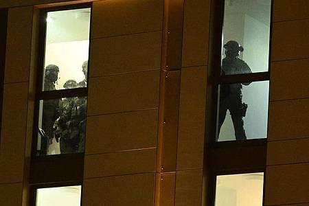 Spezialkräfte der Polizei sind im Einsatz. Foto: Henning Kaiser/dpa