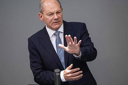 Olaf Scholz (SPD) hält eine Rede im Deutschen Bundestag. Der Bundesfinanzminister soll Fragen zur Durchsuchung seines Ministeriums im Zusammenhang mit Geldwäsche-Ermittlungen beantworten. Foto: Kay Nietfeld/dpa
