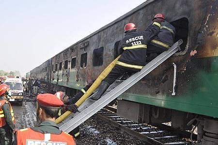 Das letzte schwere Zugunglück ereignete sich im Jahr 2019 mit mindestens 65 Menschen Toten. Foto: Siddique Baluch/AP/dpa/Archiv