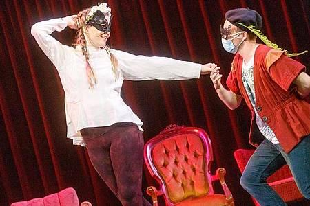 Die Schauspieler Katharina Wittenbrink (l) und Andreas Bongard bei der Generalprobe von «Nicht anfassen! - Liebe in Zeiten des Abstands». Foto: Markus Scholz/dpa