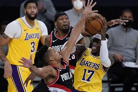 Dennis Schröder (r) musste sich mit den Lakers den Portland Trail Blazers geschlagen geben. Foto: Ashley Landis/AP/dpa