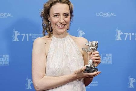Die Schauspielerin Maren Eggert hat bei der 71. Berlinale den Silbernen Bären für die beste schauspielerische Leistung in einer Hauptrolle erhalten. Foto: Axel Schmidt/Pool Reuters/AP/dpa