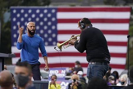 Biden-Unterstützer Common bei einer Wahlkampfveranstaltung der Demokraten. Foto: Andrew Harnik/AP/dpa
