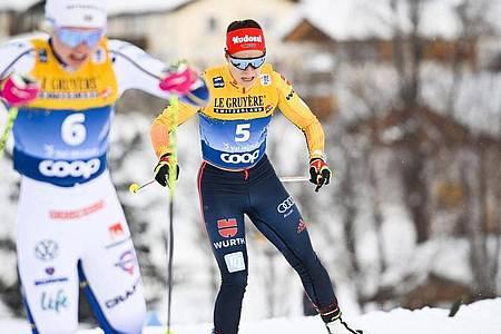 Katharina Hennig (r) wurde Fünfte im Massenstartrennen. Foto: Gian Ehrenzeller/KEYSTONE/dpa