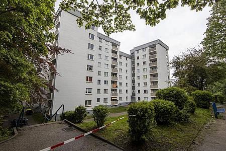 Zwei Hochhäuser in Velberet sind abgesperrt und fast 200 Bewohner seit Sonntag unter Quarantäne gestellt. Foto: Christoph Reichwein (crei)/dpa