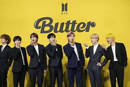 Mitglieder der südkoreanischen K-Pop-Band BTS.en ständig an Karma»»). Foto: Lee Jin-Man/AP/dpa