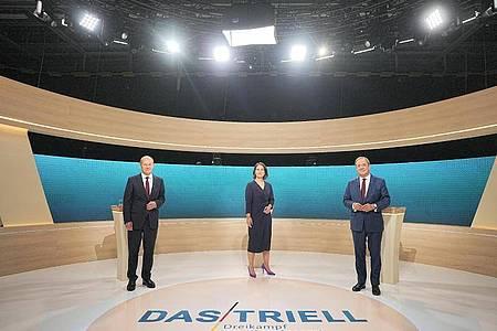 Kanzlerkandidaten Olaf Scholz (SPD, l-r), Annalena Baerbock (Bündnis90/Die Grünen) und Armin Laschet (CDU) im Triell-Fernsehstudio. Foto: Michael Kappeler/dpa-Pool/dpa