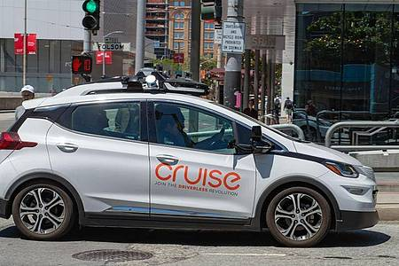 Ein selbstfahrendes Auto der General-Motors-Tochterfirma Cruise in San Francisco. Foto: Andrej Sokolow/dpa
