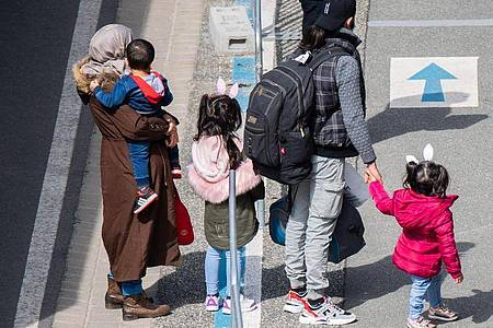 Flüchtlinge aus Griechenland nach der Landung auf dem Flughafen Hannover. Foto: Julian Stratenschulte/dpa