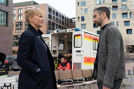 Helen Dorn (Anna Loos) und Tayfun Murat (Denis Moschitto) begegnen sich am Fundort der Leiche. Foto: Georges Pauly/ZDF/dpa