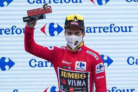Der Slowene Primoz Roglic trägt das Rote Trikot des Gesamtführenden. Foto: Lalo R. Villar/AP/dpa