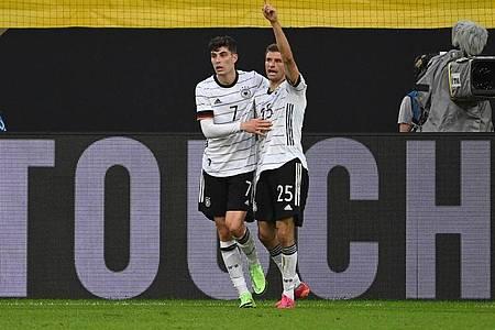 Kai Havertz (l) und Thomas Müller feiern das 4:0. Foto: Federico Gambarini/dpa
