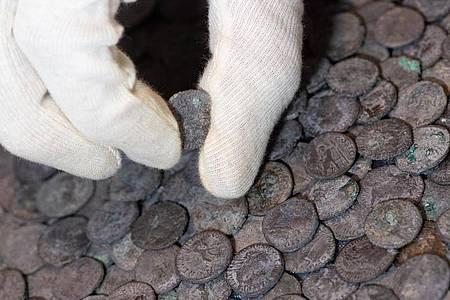 Silbermünzen: Bei dem Fund handelt es sich um den gro?ßten ro?mischen Silberschatz, der je auf bayerischem Gebiet gefunden wurde. Foto: Sven Hoppe/dpa