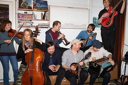 Wohnzimmerfolk von James Yorkston und dem Second Hand Orchestra. Foto: Nadja Hallström/Label