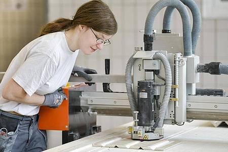 Arbeit an der Fräsmaschine: Wer wie Alexandra Garre Trockenbaumonteur werden will, sollte ein gutes räumliches Vorstellungsvermögen und Interesse an handwerklichen Tätigkeiten mitbringen. Foto: Kirsten Neumann/dpa-tmn