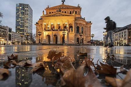 Der fats menschenleere Platz vor der Alten Oper in Frankfurt am Main. Foto: Boris Roessler/dpa