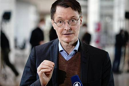 Karl Lauterbach, Gesundheitsexperte der SPD, gibt ein Interview. (Archivbild). Foto: Kay Nietfeld/dpa