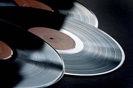 Schallplatten erfreuen sich immer größerer Beliebtheit, besondern bei Fans von Rockmusik. Foto: Karl-Josef Hildenbrand/dpa