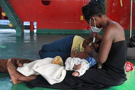 Eine Frau sitzt mit ihren Kindern an Deck des Seenotrettungsschiffs «Sea-Eye 4». Foto: Lazaros Planas/sea eye/dpa