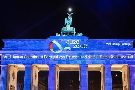Eine Video-Projektion wird zum Abschluss der EU-Ratspräsidentschaft Deutschlands auf das Brandenburger Tor projiziert. Portugal hat die EU-Ratspräsidentschaft übernommen. Foto: Christoph Soeder/dpa