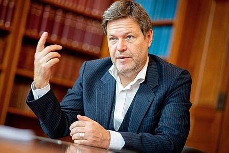 Robert Habeck (Bündnis 90/Die Grünen) spricht während eines Interviews. Foto: Kay Nietfeld/dpa