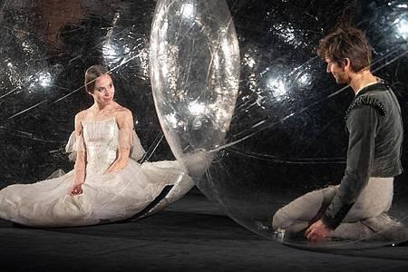 Sie müssen Abstand halten:Elisa Badenes und Friedemann Vogel vom Stuttgarter Ballett. Foto: Sebastian Gollnow/dpa