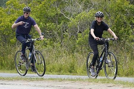 Ganz entspannt:Joe und Jill Biden machen eine Fahrradtour in Rehoboth Beach. Foto: Susan Walsh/AP/dpa