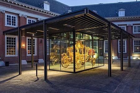 Die Goldene Kutsche (Gouden Koets) wird in einem Glaskasten ausgestellt. Foto: --/Amsterdam Museum/dpa