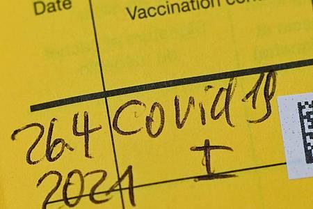 Eintrag einer Erstimpfung gegen das Coronavirus. Foto: Patrick Pleul/dpa-Zentralbild/ZB