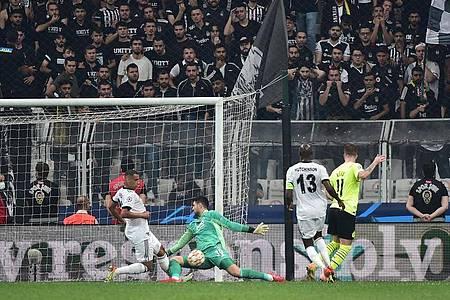 Der Dortmunder Kapitän Marco Reus (r) vergab eine Chance. Foto: Mustafa Alkac/dpa