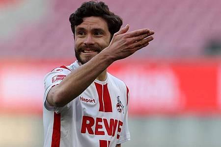 Kölns Mittelfeldspieler Jonas Hector gibt die Richtung vor. Foto: Rolf Vennenbernd/dpa