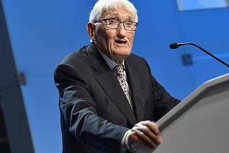 Der Philosoph Jürgen Habermas (91) hat die Annahme eines hoch dotierten Buchpreises aus den Vereinigten Arabischen Emiraten überdacht. Foto: Arne Immanuel Bänsch/dpa