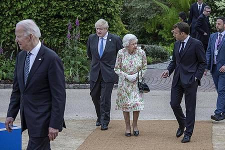 Die britische Königin Elizabeth II. (m.) mit Präsident Emmanuel Macron (2.v.r), Boris Johnson (2.v.l), und Joe Biden (l) beim G7-Gipfel. Foto: Jack Hill/The Times Pool/AP/dpa