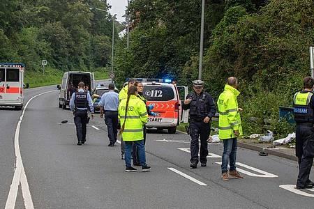 Polizisten stehen am Unfallort, wo ein Kleintransporter eine Mutter und ihr Kind erfasst und tödlich verletzt hat. Foto: Ralf Roeger/dmp press/dpa