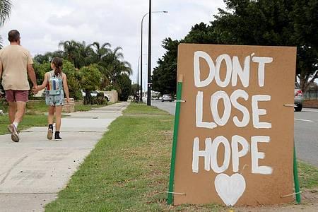 «Don`t Lose Hope» (Verliere nicht die Hoffnung) mahnt ein Schild in der westaustralischen Metropole Perth. Foto: Richard Wainwright/AAP/dpa