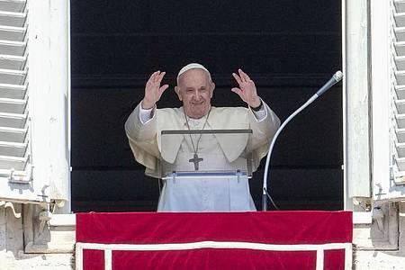 Papst Franziskus grüßt Menschen auf dem Petersplatz. Foto: Andrew Medichini/AP/dpa