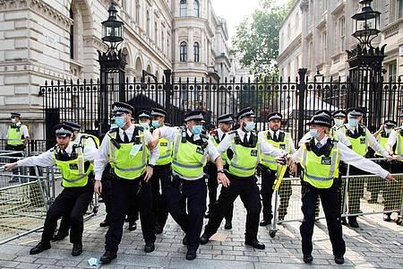 Polizisten in London bei einer Demonstration von Impfgegnern. Foto: Thabo Jaiyesimi/SOPA Images via ZUMA Press Wire/dpa/Archivbild