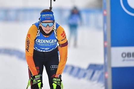 Auf Rang vierzehn beim Sprint über 7,5 Kilometer beste Deutsche: Franziska Preuss im Ziel. Foto: Martin Schutt/dpa-Zentralbild/dpa