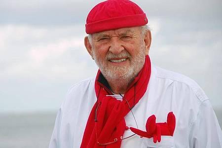 Jürgen Gosch, Inhaber der nach ihm benannten Handels- und Restaurantkette Gosch, am Lister Hafen auf Sylt. Foto: Lea Pischel/dpa