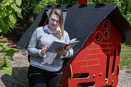 Mit viel Einfallsreichtum gestaltet sie den Tag der Kinder: Lea Sophie Aldejohann arbeitet als Erzieherin in Hövelhof (Kreis Paderborn). Foto: Kirsten Neumann/dpa-tmn