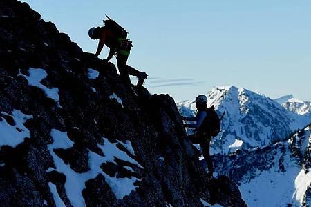 Angehende Bergführer müssen extrem fit sein - und sich im Gebirge bestens auskennen. Foto: Angelika Warmuth/dpa-tmn