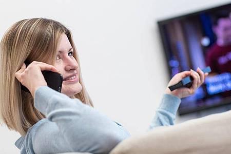 Alle Hände voll zu tun: Bei Triple-Play-Tarifen bringt ein einzelner Anbieter Internet, Telefon und Fernsehen ins Haus. Foto: Christin Klose/dpa-tmn