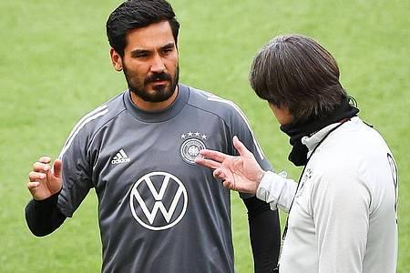 Bundestrainer Joachim Löw (r) kann auch auf die Profis aus England wie Ilkay Gündogan zurückgreifen. Foto: Christian Charisius/dpa