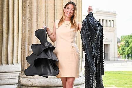 Die Münchner Modedesignerin Sabine Feuerer zeigt Mode ihrer eigenen Kollektion. Foto: Tobias Hase/dpa