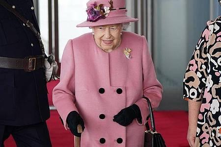 Die britische Königin Elizabeth II. mit Gehstock diese Woche in Wales. Foto: Jacob King/PA Wire/dpa