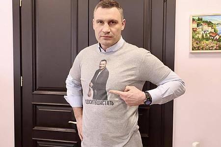 Vitali Klitschko (48), Ex-Boxweltmeister und Bürgermeister der ukrainischen Hauptstadt, warnt Sportfans eindrücklich vor der Nutzung von Freiluftsportgeräten trotz Coronavirus-Verbot und trägt ein T-Shirt mit der Warnung: «#Es reicht mit dem Herumlaufen». Foto: SAMSONOV/Pressedienst Vitali Klitschko/dpa