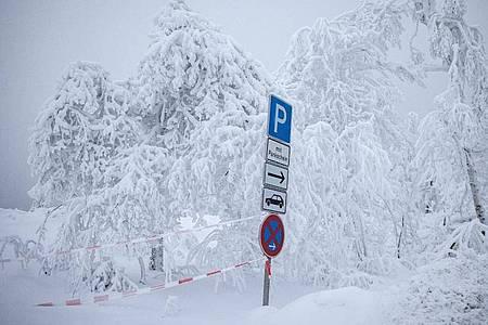 Ein von der Polizei abgesperrter Parkplatz in Winterberg. Foto: Marcel Kusch/dpa