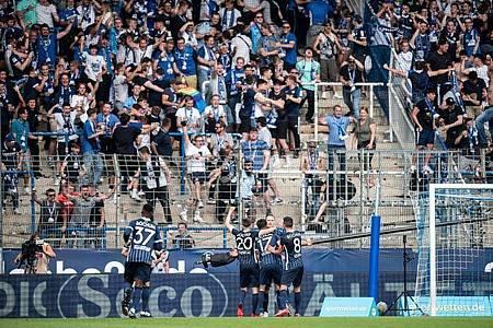 Die Bochumer Spieler feiern mit ihren Fans. Foto: Fabian Strauch/dpa