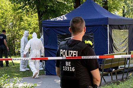 Beamte der Spurensicherung sichern in einem Faltpavillon Spuren an einem Tatort im Kleinen Tiergarten. Foto: Christoph Soeder/dpa